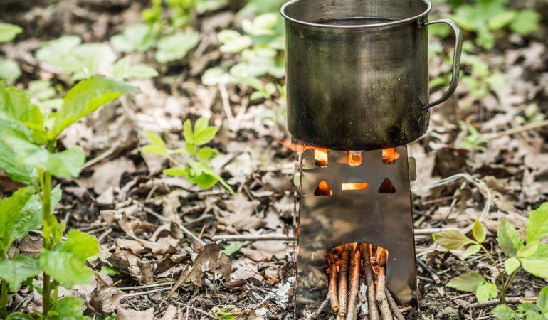 Kuchenka survivalowa na drewno – czy przydatna na szlaku?